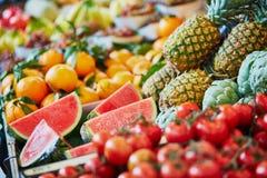 Verse organische watermeloenen en ananassen op landbouwersmarkt Stock Foto