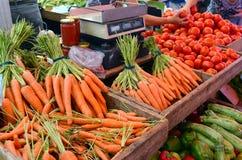 Verse organische wortelen stock foto's