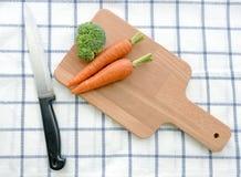 Verse organische wortelen op oude houten raad stock foto's