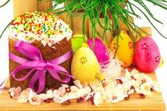Verse Pasen-cake met kleurrijke decoratieve eieren en de lente flowe Royalty-vrije Stock Afbeeldingen