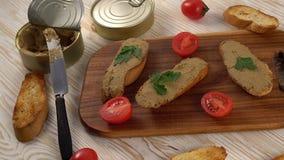 Verse pastei met brood op houten lijst stock video