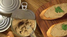 Verse pastei met brood op houten lijst stock footage