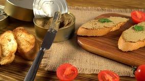 Verse pastei met brood op houten lijst stock videobeelden