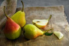 Verse peren op de lijst stock afbeeldingen