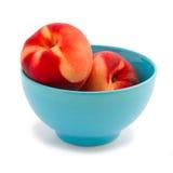 Verse perziken in blauwe kom Stock Fotografie