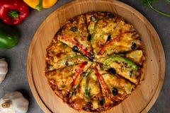 Verse pizza met tomaat Royalty-vrije Stock Afbeeldingen