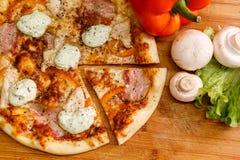 Verse pizza met tomaten, kaas en paddestoelen op houten lijstclose-up Royalty-vrije Stock Afbeelding