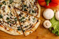 Verse pizza met tomaten, kaas en paddestoelen op houten lijstclose-up Royalty-vrije Stock Fotografie