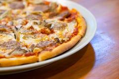 Verse pizza met tomaten, kaas en worst stock fotografie