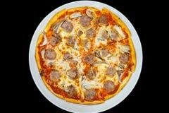 Verse pizza met tomaten, kaas en worst stock foto's