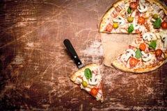 Verse pizza met vlees en tomaten Royalty-vrije Stock Afbeeldingen