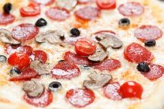 Verse pizzapepperonis in macromening stock afbeeldingen