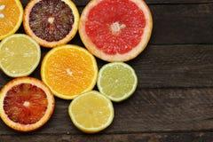 Verse plakken van verschillende types van citrusvrucht: Sinaasappel, kalk, Mandarin, Grapefruit Royalty-vrije Stock Afbeelding