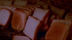 Verse plakken van wit die brood op een dienblad worden gestapeld stock videobeelden
