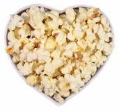 Verse popcorn in plaat in de vorm van hart op een wit royalty-vrije stock afbeelding