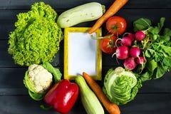 Verse product-groenten vegetables Courgette, groene paprika, wortel, kool, bloemkool, radijs, sla, tomaat met kader voor tekst he Stock Fotografie