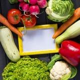 Verse product-groenten vegetables Courgette, groene paprika, wortel, kool, bloemkool, radijs, sla, tomaat met kader voor tekst he Royalty-vrije Stock Afbeeldingen