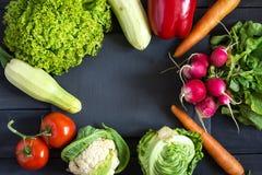 Verse product-groenten vegetables Courgette, groene paprika, wortelen, kool, bloemkool, radijs, sla, tomaat Concept een gezonde v Royalty-vrije Stock Foto's