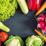 Verse product-groenten vegetables Courgette, groene paprika, wortelen, kool, bloemkool, radijs, sla, tomaat Concept een gezonde v Stock Foto