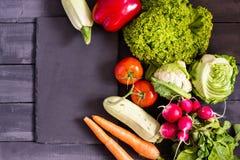 Verse product-groenten vegetables Courgette, groene paprika, wortelen, kool, bloemkool, radijs, sla, tomaat Concept een gezonde v Stock Afbeelding