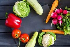 Verse product-groenten vegetables Courgette, groene paprika, wortelen, kool, bloemkool, radijs, sla, tomaat Concept een gezonde v Royalty-vrije Stock Afbeelding