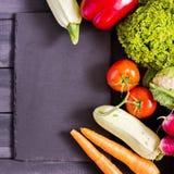 Verse product-groenten vegetables Courgette, groene paprika, wortelen, kool, bloemkool, radijs, sla, tomaat Concept een gezonde v Stock Fotografie