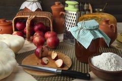 Verse producten voor een gezonde voeding: pompoen, pompoen, appelen, tarwemeel, kruik met melk, boter, een reeks geurige specerij Royalty-vrije Stock Foto's
