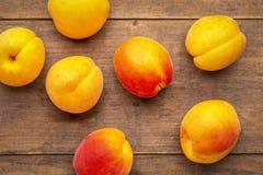 Verse rijpe abrikozen op een rustiek hout Royalty-vrije Stock Fotografie