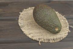 Verse rijpe avocado op een houten achtergrond Voedselachtergrond met verse organische avocado Royalty-vrije Stock Afbeelding