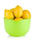 Verse rijpe citroenen in een kom Stock Fotografie