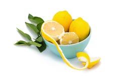 Verse rijpe citroenen op witte achtergrond Stock Afbeeldingen