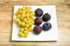 Verse rijpe fig. en druiven in een kom royalty-vrije stock foto's