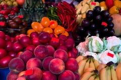 Verse rijpe groenten en vruchten op de teller in de markt Stock Foto's