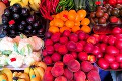 Verse rijpe groenten en vruchten op de teller in de markt Royalty-vrije Stock Afbeelding
