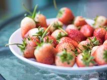 Verse rijpe natuurlijke aardbei, rood en wit fruit op glas tabl Stock Foto