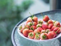 Verse rijpe natuurlijke aardbei, rood en wit fruit op glas tabl Royalty-vrije Stock Afbeeldingen