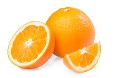 Verse Rijpe Oranje fruit halve die plak op witte achtergrond wordt geïsoleerd Stock Foto's
