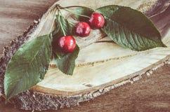 Verse rijpe organische kersen op houten achtergrond Royalty-vrije Stock Afbeeldingen