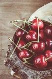 Verse rijpe organische kersen op houten achtergrond Royalty-vrije Stock Fotografie