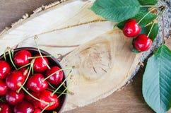 Verse rijpe organische kersen op houten achtergrond Rustieke stijl Royalty-vrije Stock Foto