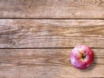 Verse rijpe rode appel op natuurlijke houten achtergrond De herfstbehang Royalty-vrije Stock Foto's
