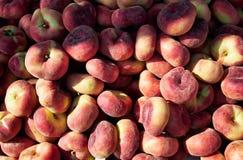 Verse rijpe Saturnus-perziken in een markt Stock Afbeeldingen