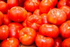 Verse rijpe tomaten in een doos voor verkoop in de kruidenierswinkelwinkel Stock Afbeeldingen