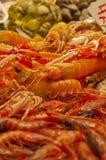 Verse rivierkreeften in een marktkraam Stock Foto