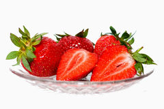 Verse rode aardbeien in een glasschotel met isolatie op een witte achtergrond Royalty-vrije Stock Foto