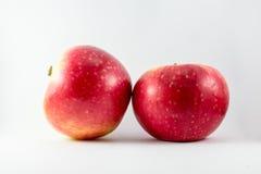 Verse rode appel die op wit wordt geïsoleerd Met het knippen van weg Royalty-vrije Stock Afbeelding