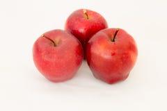 Verse rode appel drie op wit Stock Afbeeldingen