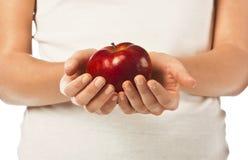 Verse rode appel in een vrouwenhand Stock Afbeelding
