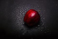 verse rode appel met druppeltjes van water stock foto's
