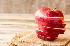Verse rode appel op oude houten lijstachtergrond Stock Afbeeldingen